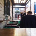 陽のあたる裏庭が気持ち良い。A Minor Placeは地元民しか知らない秘密のカフェ。[メルボルン カフェ]
