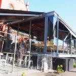 ガラス張りの店内が美しい。ムーニーポンズの教会を改装したDear Abbey cafeで癒しの時間を過ごす。
