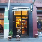 お持ち帰りで最高の一杯を提供してくれるお店Traveller Coffee!路地裏にある暖かみのある店内が魅力。