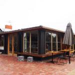 縁側のようなテラス席が素敵!コンテナを改装したカフェ、FootscrayのRudimentary。